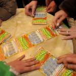 20090228-FAUGLIA (PI)-CRO- GRATTATA DI GRUPPO. Un gruppo di circa 70 persone hanno grattato circa 600 biglietti al gratta e vinci a Acciaiolo, una frazione del comune di Fauglia, in provincia di Pisa. I premi piu' alti solo due biglietti da 500 euro.ANSA/FRANCO SILVI