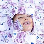menzogne-della-donna-coperta-di-soldi-sul-pavimento-6984253