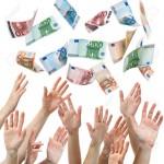 29766756-Mani-che-raggiungono-per-Euro-soldi-volare-in-aria-Archivio-Fotografico