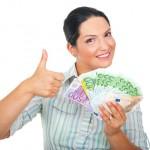 donna-emozionante-con-soldi-che-danno-i-pollici-su-15573057